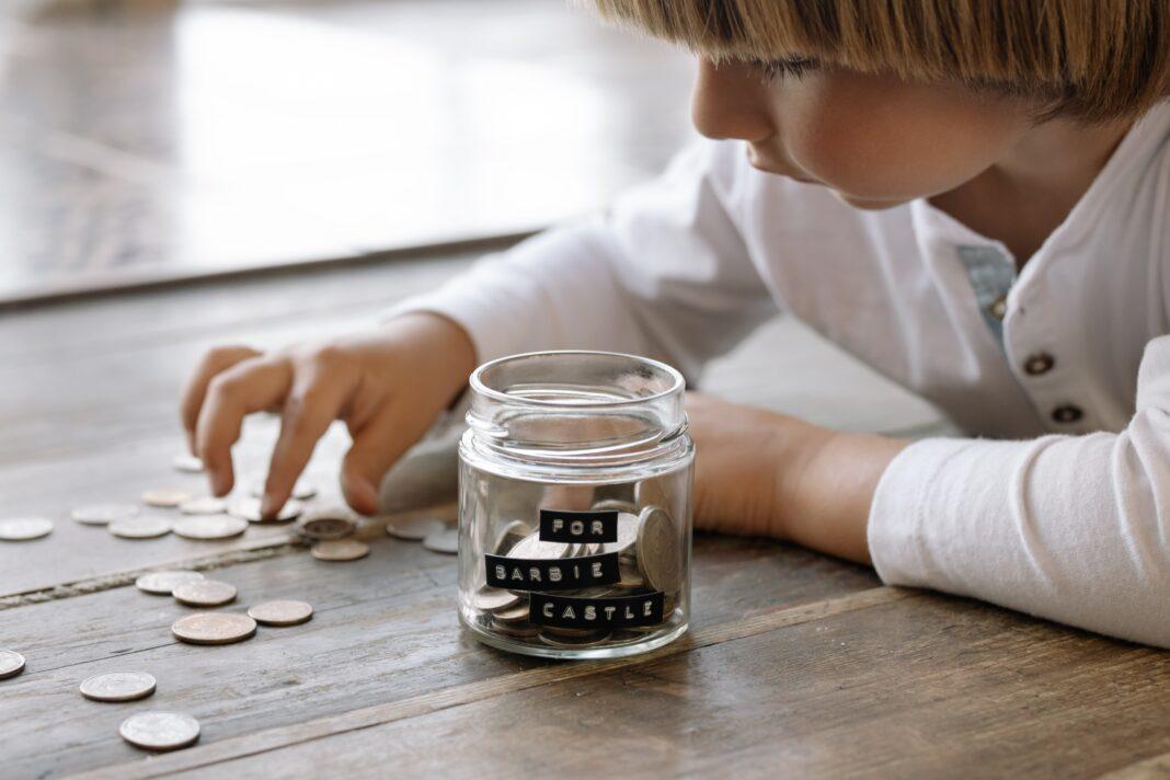 jak nauczyć dziecko oszczędzać pieniądze?